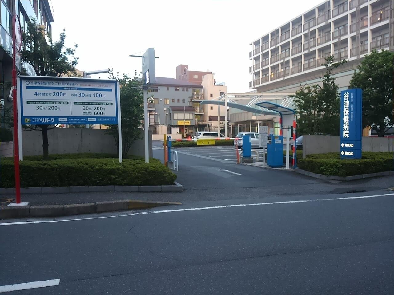 谷津バラ園の周辺パーキングである谷津保健病院第一駐車場
