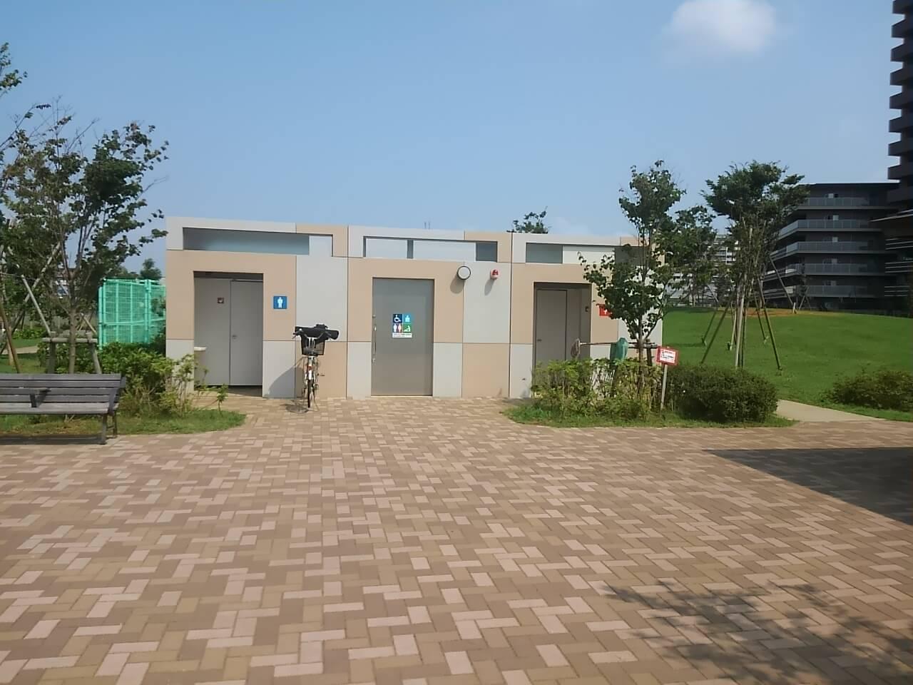 谷津奏の杜公園の駐車場の近くにあるトイレ